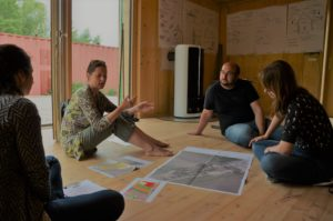 Mag. arch. Constance weiser explains the baus! project to pop-up housing Junior Scientists